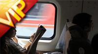 中国特色-晨练一群人打太极拳 北京高铁地铁车箱内人文风情特写