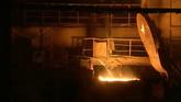 产业倒铁水电切割铁块一组高清实拍视频素材