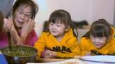 春節一家人包餃子韭菜餡小孩子包餃子玩耍吃餃子高清實拍視頻素材