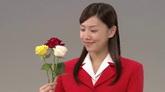 美女微笑看著玫瑰花高清實拍視頻素材