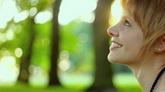 外国美女吹蒲公英高清实拍视频素材