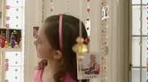 小女孩看珠帘上挂着的照片高清实拍视频素材