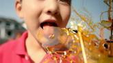 中国传统民俗街头艺术画糖人小孩子吃糖人高清实拍视频素材