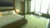 效劳员引见旅店总统套房结构家具款式陈设镜头 高清实拍视频素材