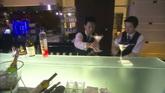 酒吧服务员摆酒到吧台 高清实拍视频素材