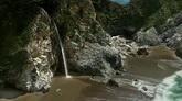 俏麗的海灘 石縫中的小瀑布高清實拍視頻素材