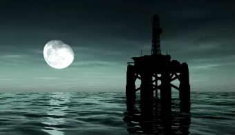 月光下的海上钻井平台高清实拍视频素材