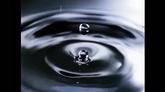 水滴入水中溅起水滴高清实拍视频素材