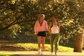 公园里散步的人物 标清实拍视频素材