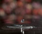水滴入水中溅起水滴标清实拍视频素材