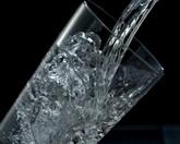 往玻璃杯中倒水標清實拍視頻素材