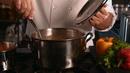 厨师煮汤粉 高清实拍视频素材
