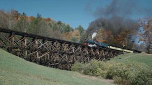 火车缓缓开过桥梁特写镜头