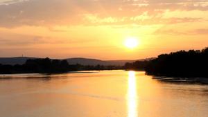 拉卢瓦尔湖边黄昏的日落