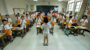 北京学校学生的学习生活画面实拍 学生上课游泳老师教学乐器