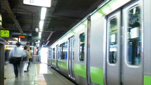 高清实拍地铁人物上下站台(快速)地铁站台等候的人群