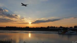 首尔-仁川黄海水上城市景观 码头轮船黄昏日落飞机飞过
