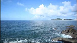 海浪翻滚拍打岩石