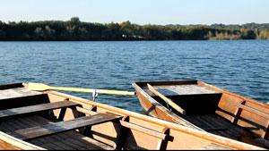 阳光照耀下碧波湖上的船