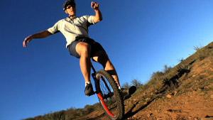 骑单轮自行车的外国男人