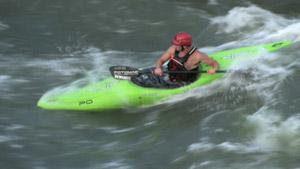 运动员在急流中快速划皮艇
