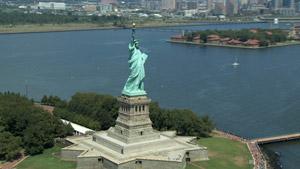 航拍美国纽约自由女神像 旋转拍摄神像高清实拍视频素材