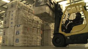 美国棉花仓库堆放棉花运输