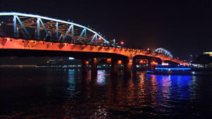 亞洲城市高清實拍-鐵橋水面輪渡燈光夜景