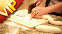中国感恩节温馨的一家和面擀面包饺子传统美食场面高清实拍素材