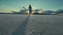女孩光着脚丫背对镜头走向阳光长长的身影 走向美好阳光的未来