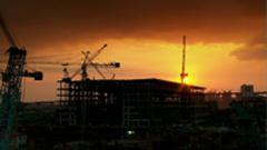夜晚工人测量组建钢架结构