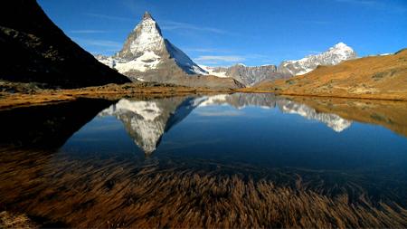 九寨沟清澈湖水倒影自然风光美景