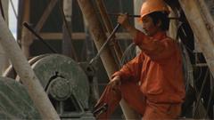 工人在工地操作挖掘机挖土