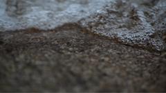 明澈的水波在沙石上疾速活动
