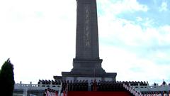 60周年庆典-人民英雄纪念碑军人小学生肃穆站立