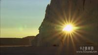 石头缝隙 透过石眼洞中的日出 日出炫晕闪光 标清实拍