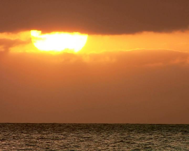 海水平面上的日落特写镜头标清实拍素材