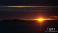 日落霞光 晚霞的天空?#25104;?#40657;暗的海面标清实拍