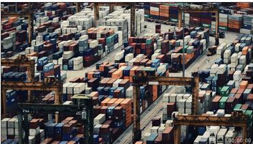 繁忙的货柜车运输货柜集装箱(快速镜头)集装箱堆放地高清实拍