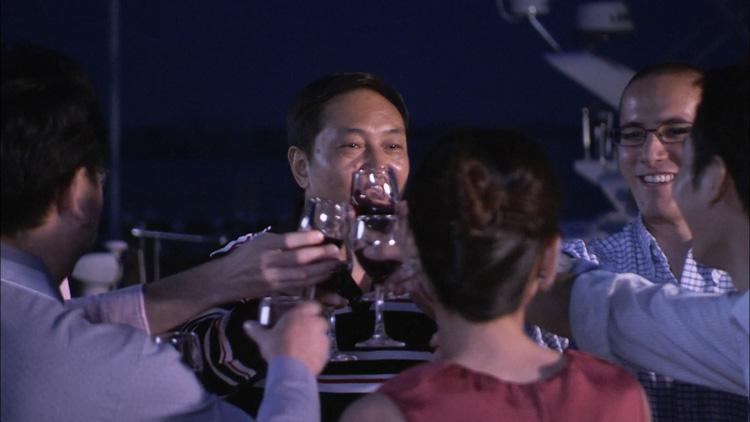 海边渡假休闲娱乐 餐饮举杯共饮 轮船上聚会聚餐干杯庆祝高清实拍