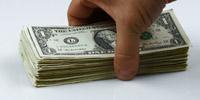 捡起桌面上的美元再扔下美元散落到桌面上 高清实拍