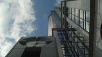 城市商务大厦 大楼外墙上的大钟 快速流动的云高清实拍