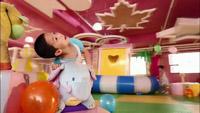 小朋友在儿童乐园里快乐的玩耍实拍镜头