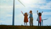 风车转动儿童欢呼雀跃牵着气球奔跑蓝天白云流动大海海面绿地滑拍