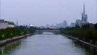 扬州大运河特写实拍镜头 河岸风景从黑夜到白昼疾速变革的现象