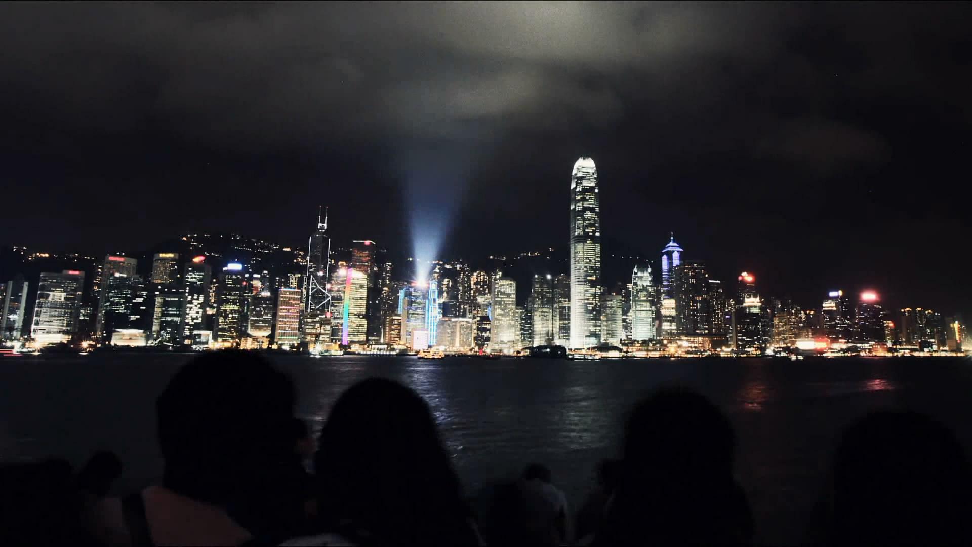 上海黄埔江畔岸上熙熙攘攘的人影 上海江边灯光夜景(快速镜头)