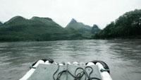 高清实拍江中行舟 江河中划舟前行快速镜头 青山绿水自然风光