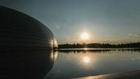 修建物旁的湖面上 疾速日出的镜头 水面日出倒影高清实拍