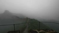 长城山头上的早晨雾气笼罩(快速镜头)山雾缭绕高清实拍