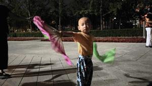 幼小儿童在广场上舞扇跳舞高清实拍
